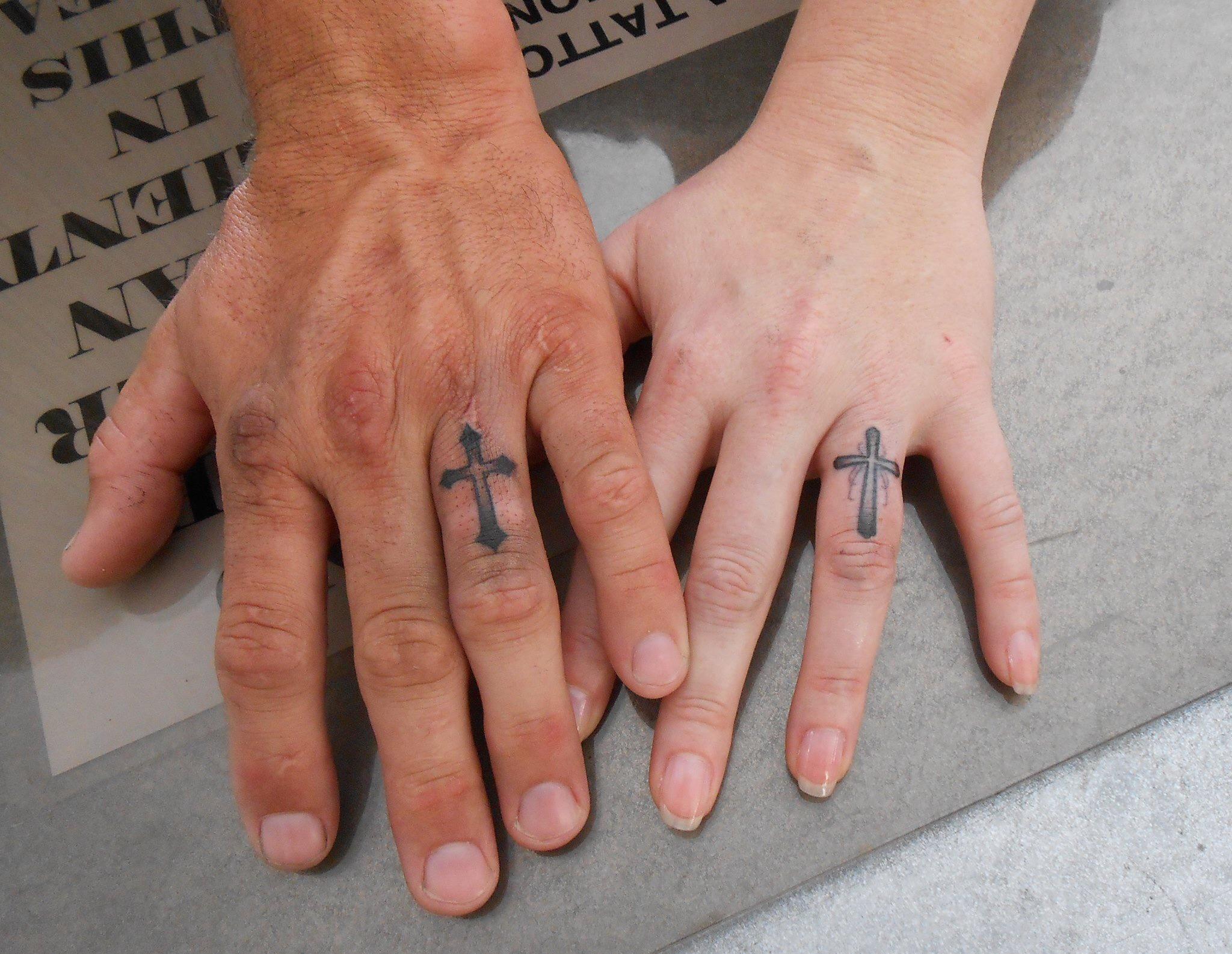 Hình xăm cây thánh giá trên ngón tay
