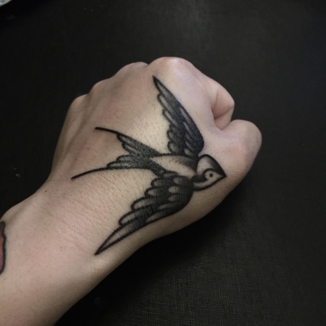 Hình xăm chim én màu đen ở tay trái đẹp nhất