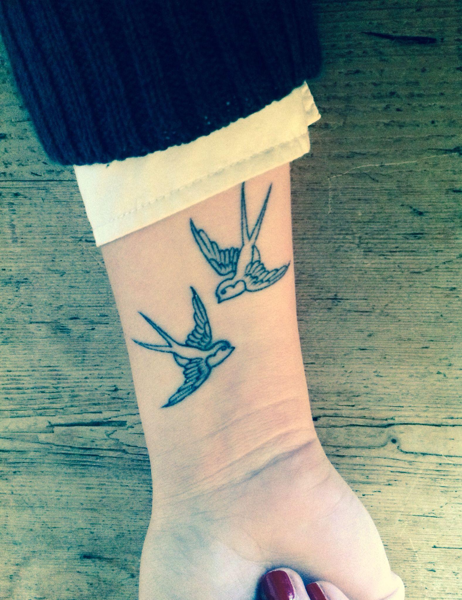 Hình xăm chim én ở cổ tay đẹp nhất