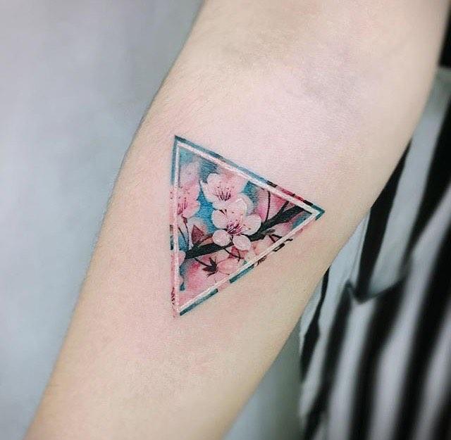 Hình xăm tam giác hoa đào