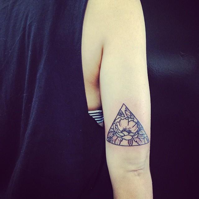 Hình xăm tam giác hoa hồng đẹp