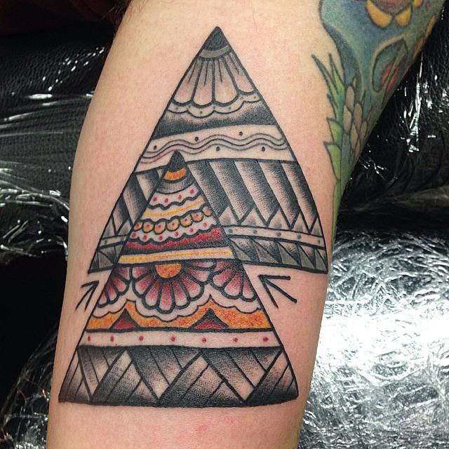 Hình xăm tam giác hoa văn