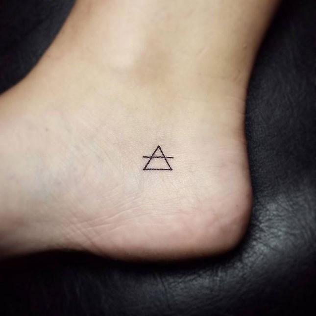 Hình xăm tam giác mini ở chân