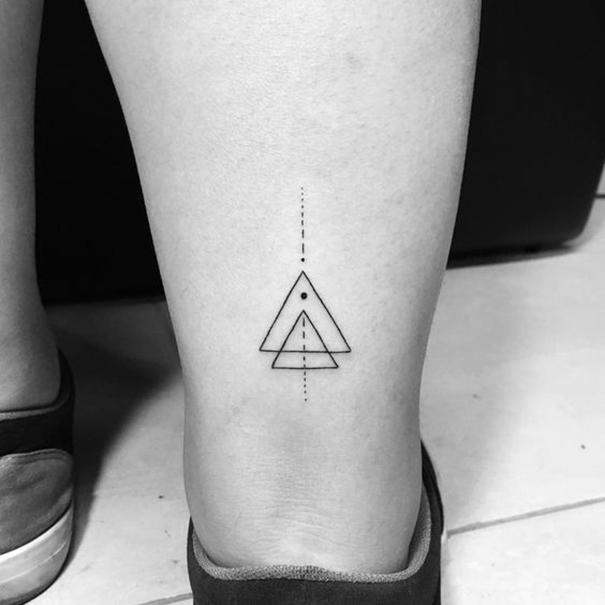 Hình xăm tam giác ở chân