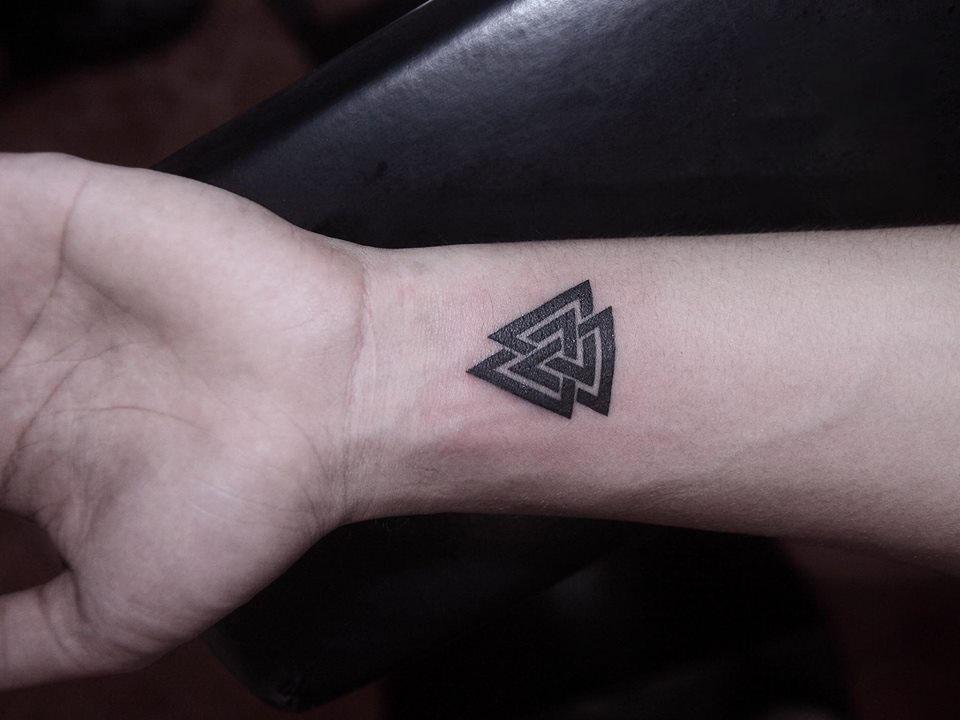 Hình xăm tam giác ở cổ tay