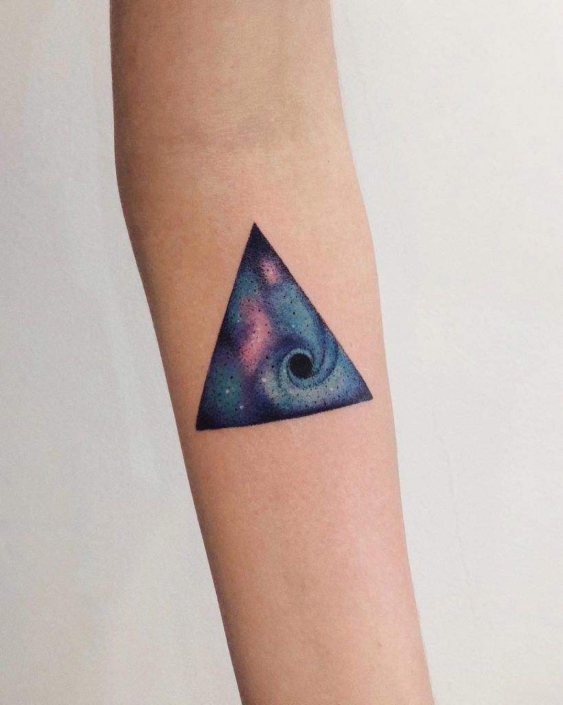 Hình xăm tam giác vũ trụ