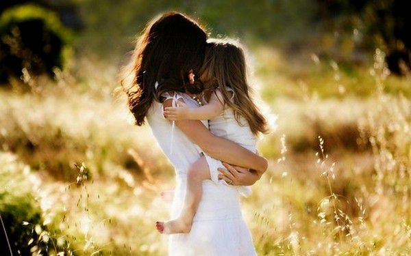 Hình ảnh mẹ ôm con