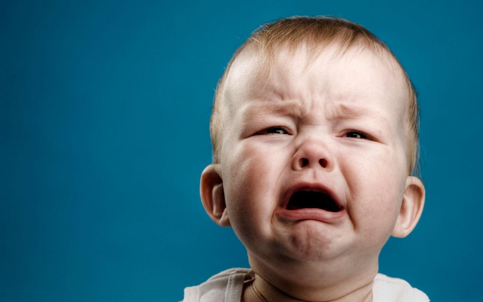 Hình ảnh bé buồn khóc