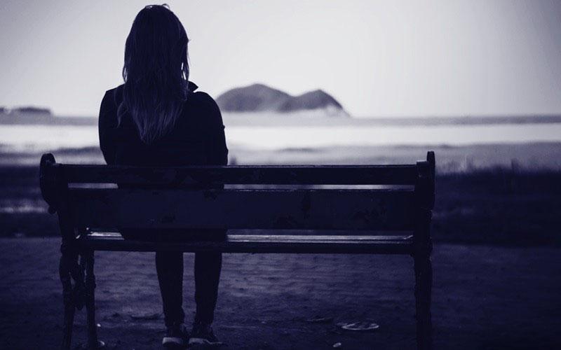 Hình ảnh buồn khóc ngồi một mình