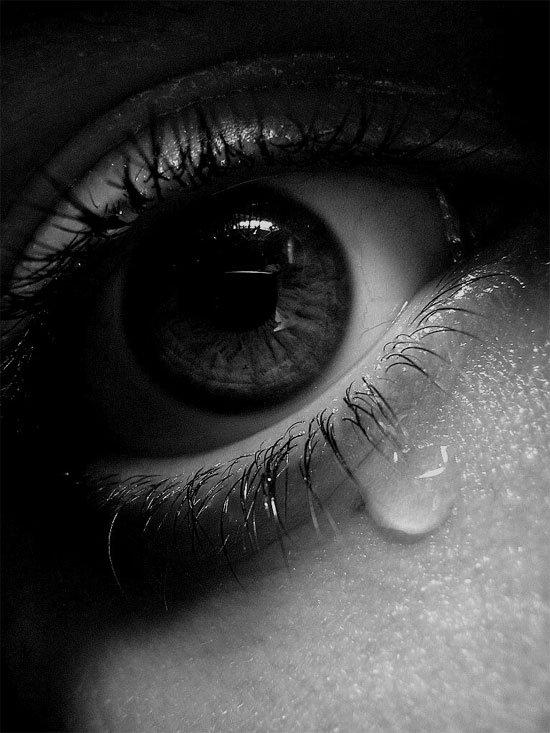 Hình ảnh con mắt buồn khóc