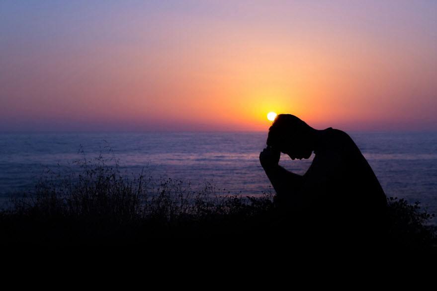 Hình ảnh con trai buồn khóc thất vọng