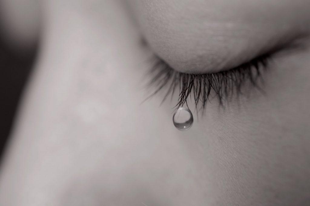 Hình ảnh nước mắt buồn khóc