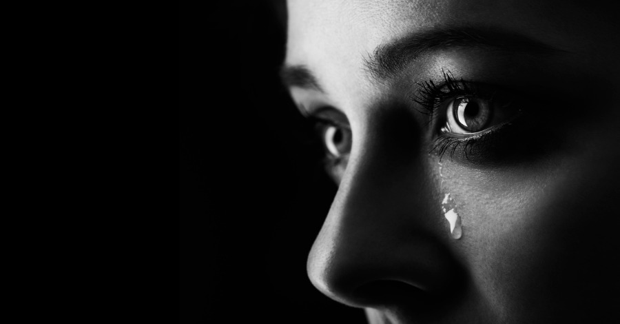 Hình ảnh phụ nữ buồn khóc