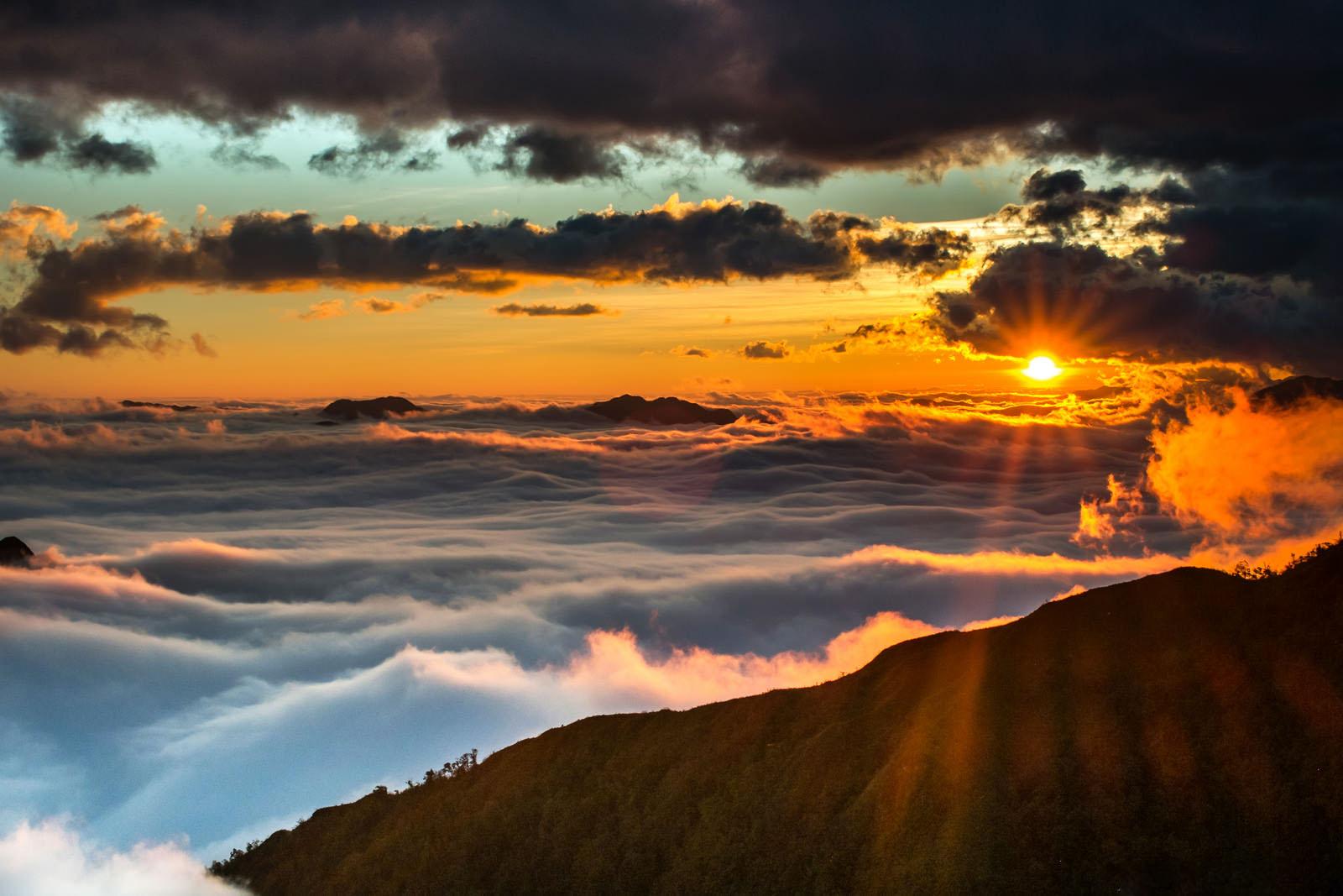 Hình ảnh bình minh đẹp trên mây