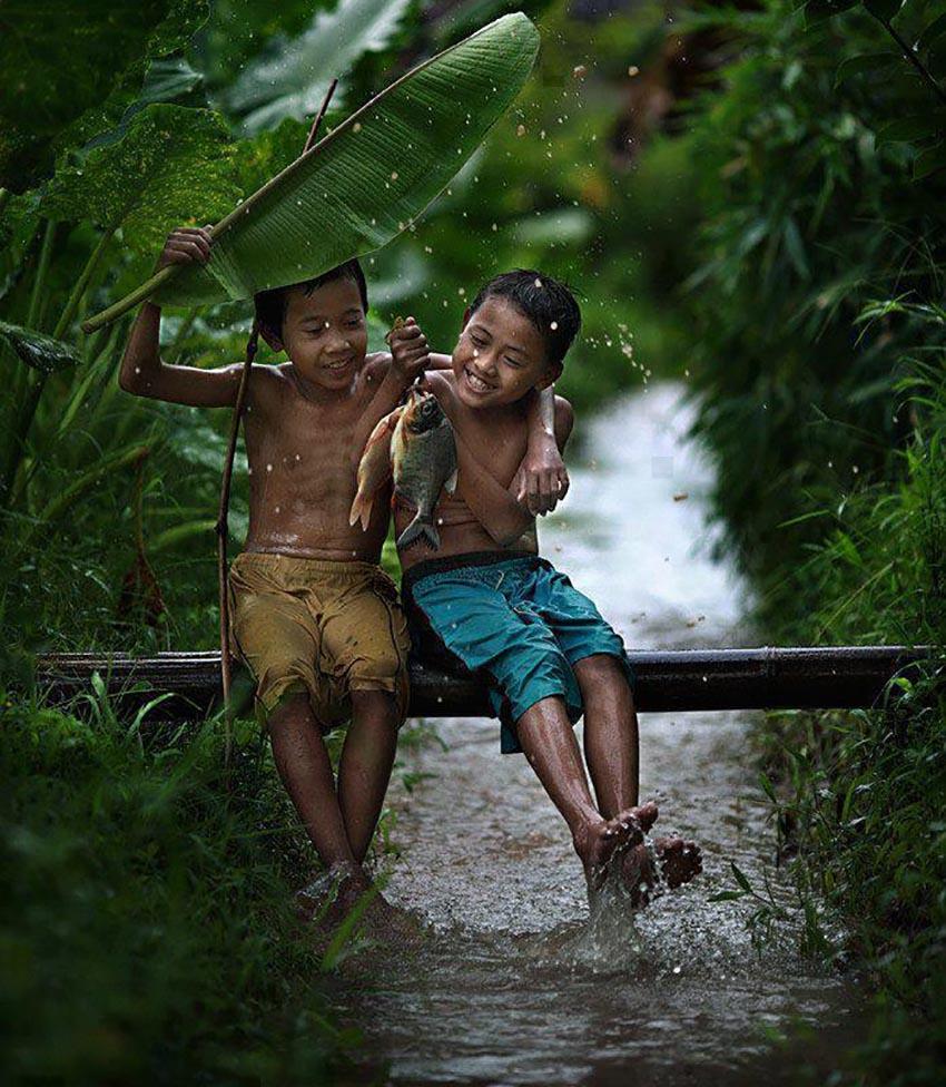 Hình ảnh tình bạn tuổi thơ