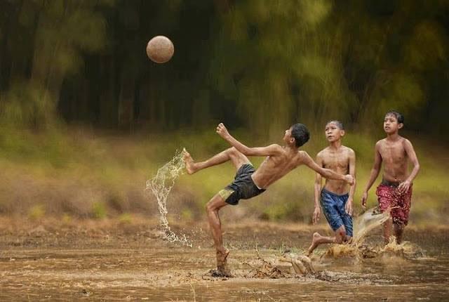 Hình ảnh trò chơi đá bóng tuổi thơ