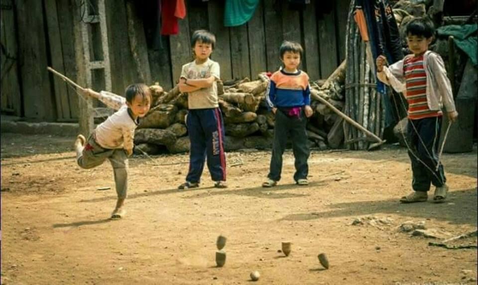 Hình ảnh trò chơi xoay gụ tuổi thơ