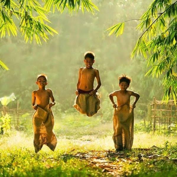 Hình ảnh tuổi thơ với trò nhảy lò cò