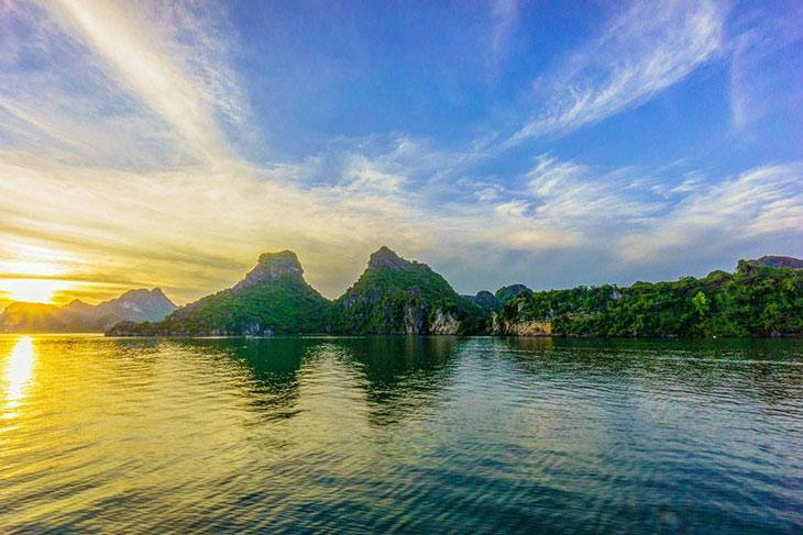 Hình ảnh vịnh Hạ Long lúc bình minh