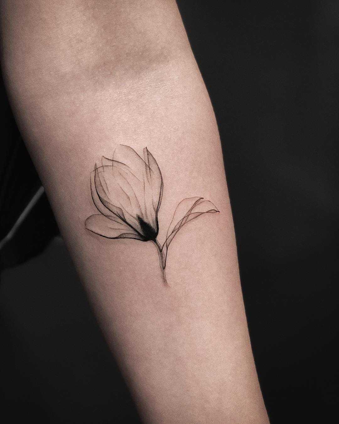 Hình xăm cánh hoa mỏng manh