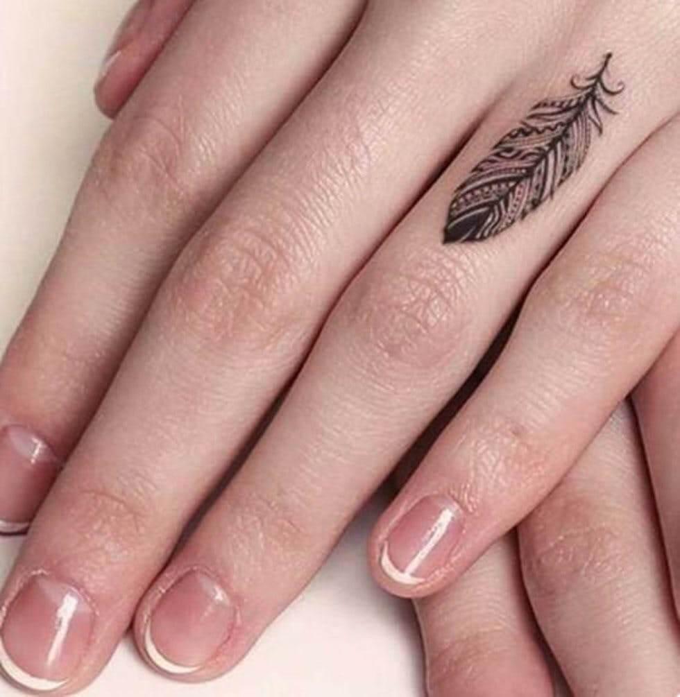 Hình xăm chiếc lá trên ngón tay