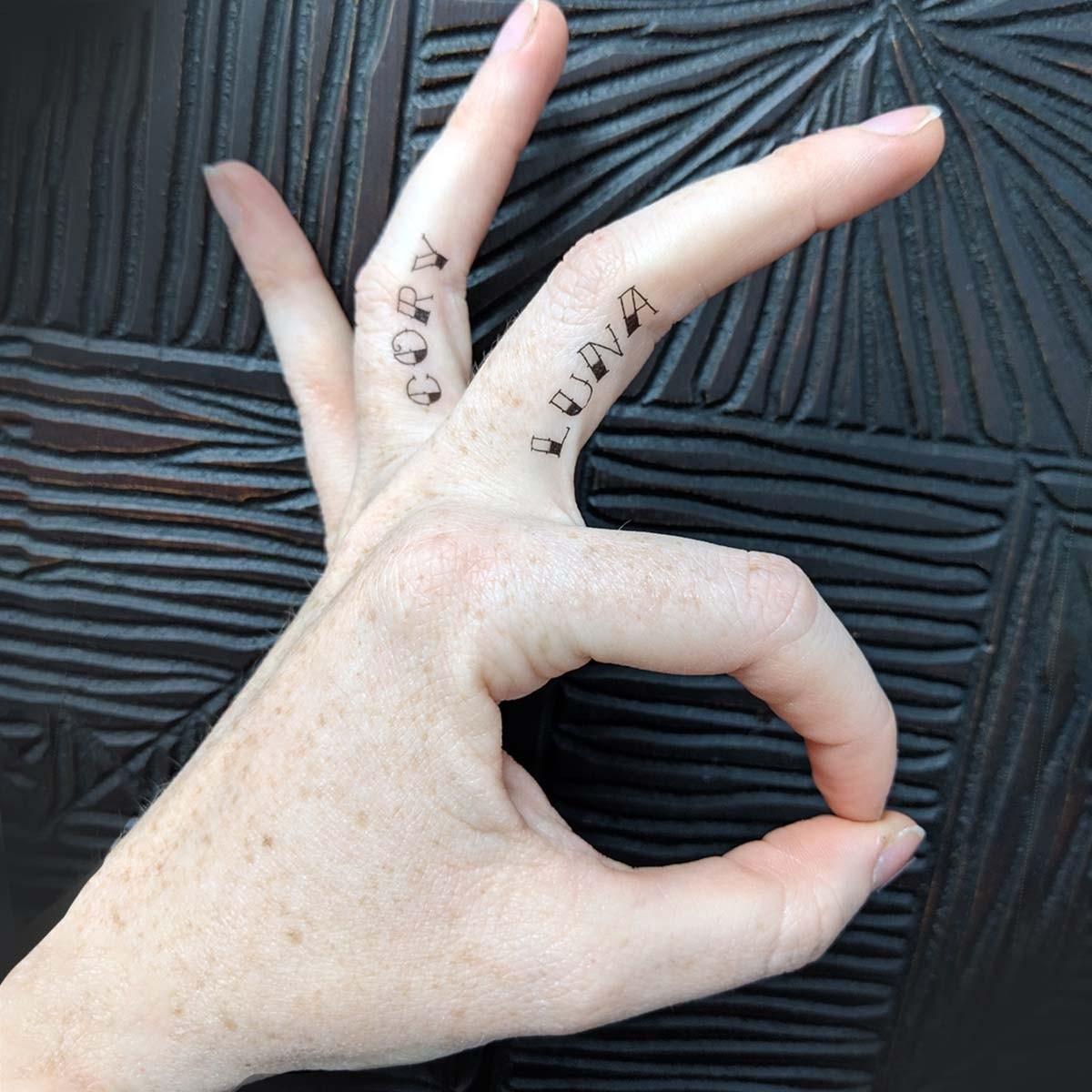 Hình xăm chữ bên hông ngón tay