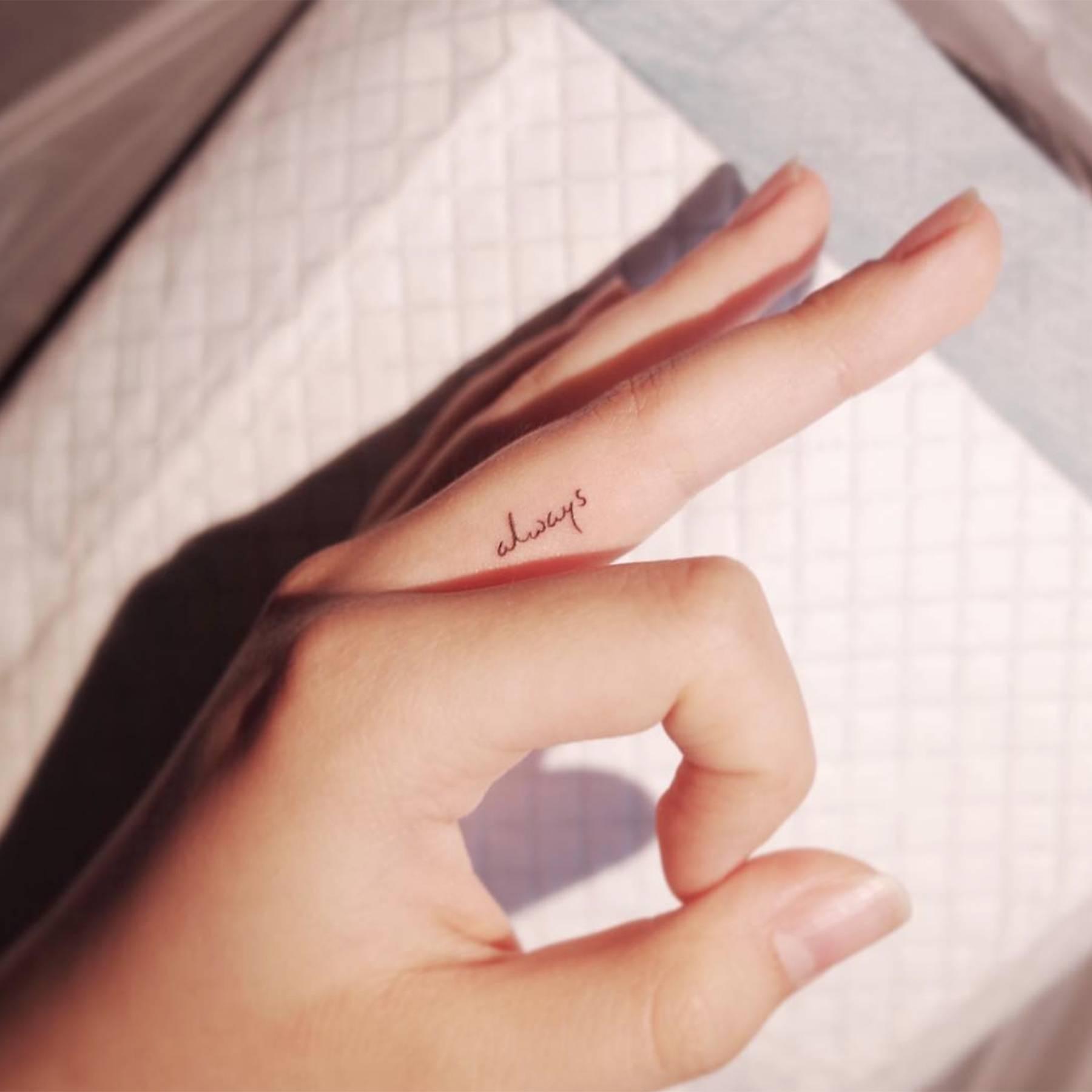 Hình xăm chữ mini ở ngón tay