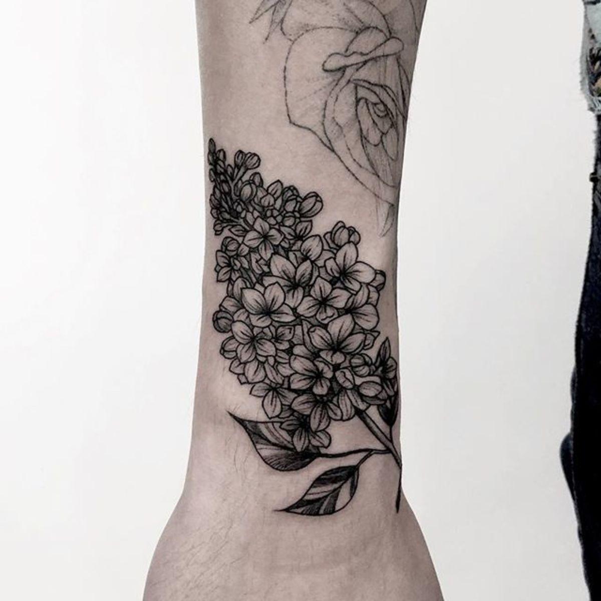 Hình xăm chùm hoa ở cổ tay