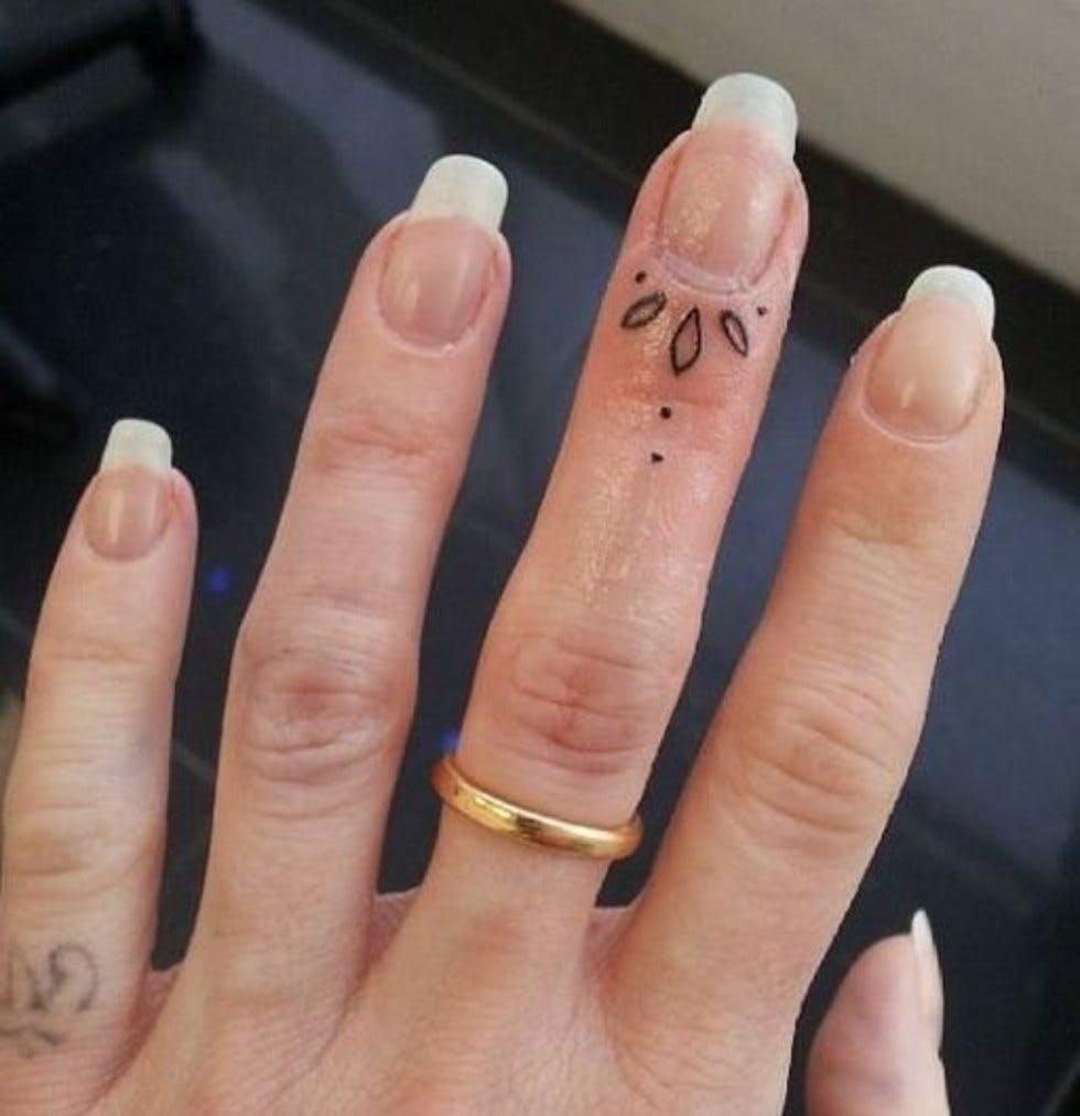 Hình xăm con bướm ở ngón tay