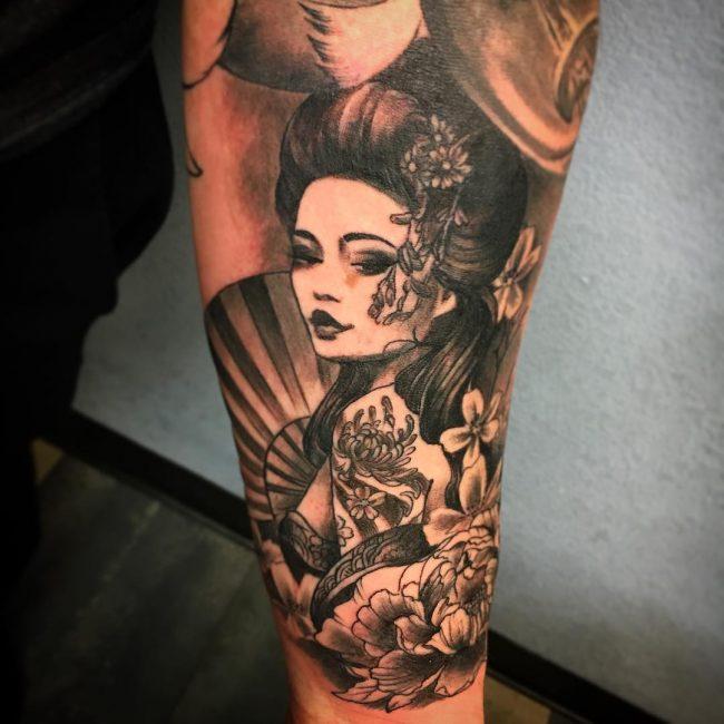 Hình xăm geisha cầm kiếm nhật