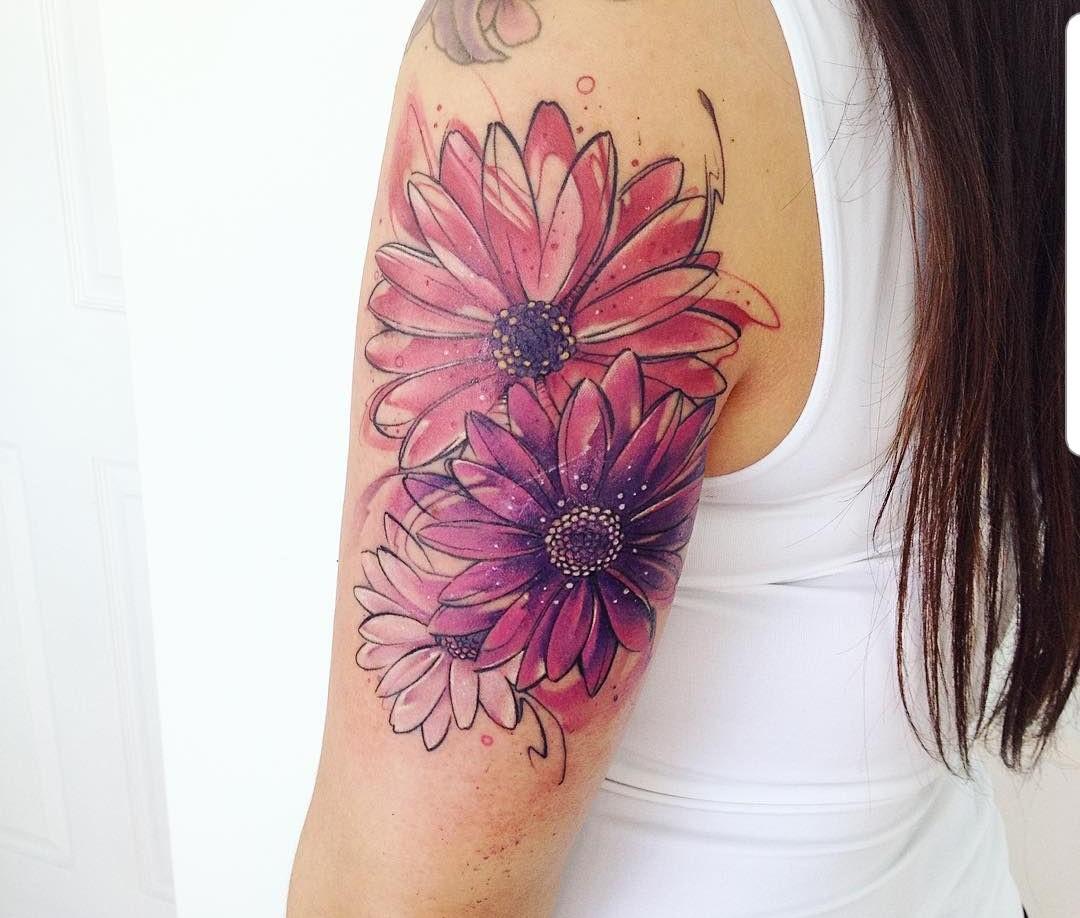 Hình xăm hai bông hoa đỏ phía sau bắp vai