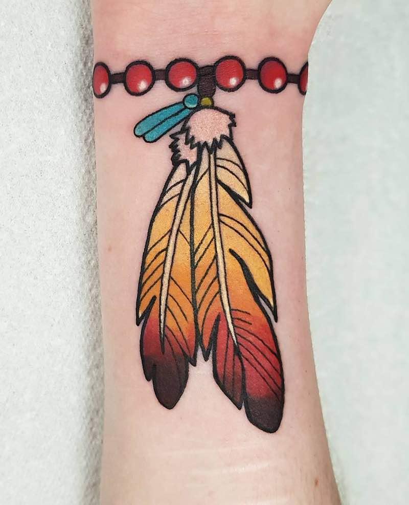Hình xăm hai lông vũ trên cổ tay
