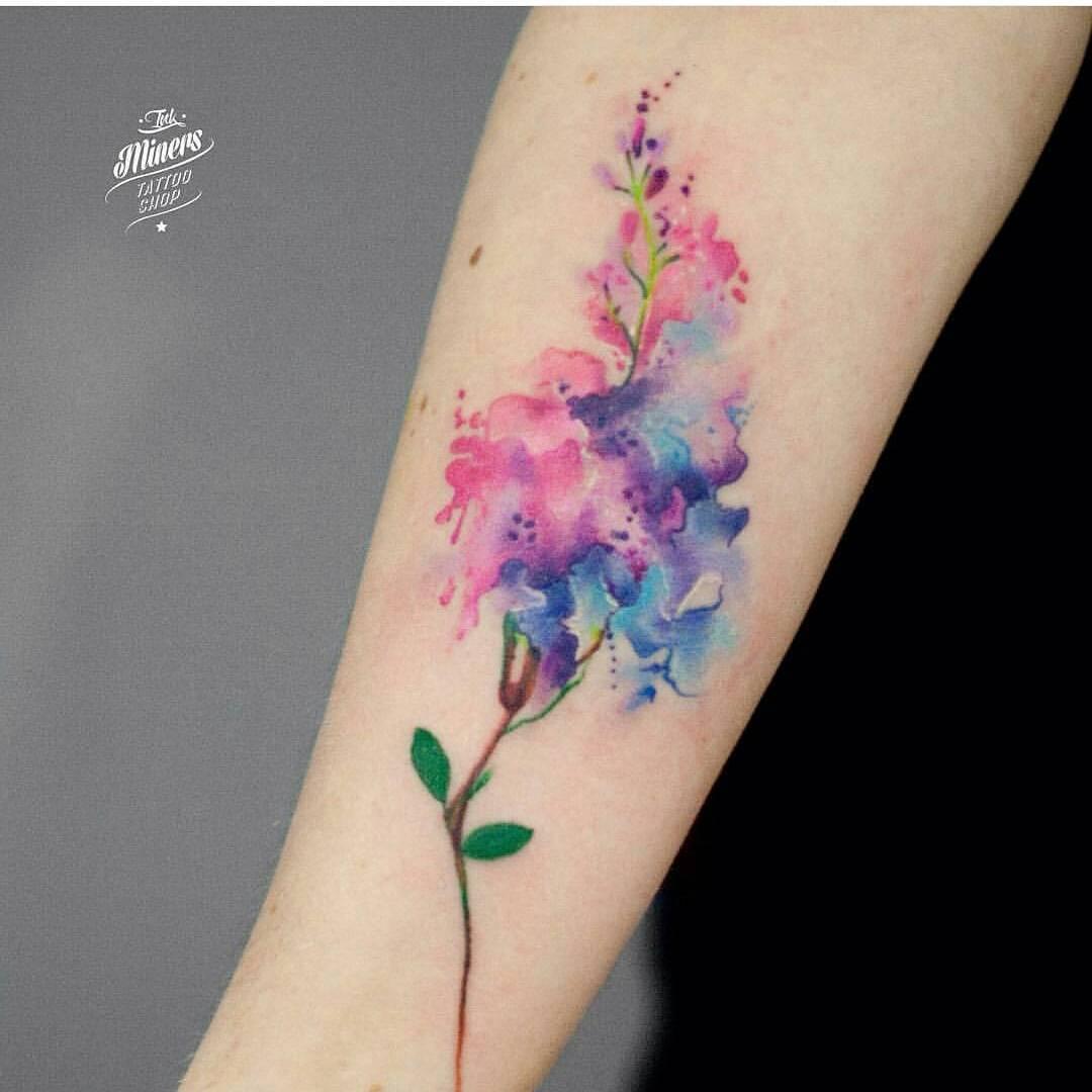 Hình xăm hoa màu sặc sỡ ở cổ chân