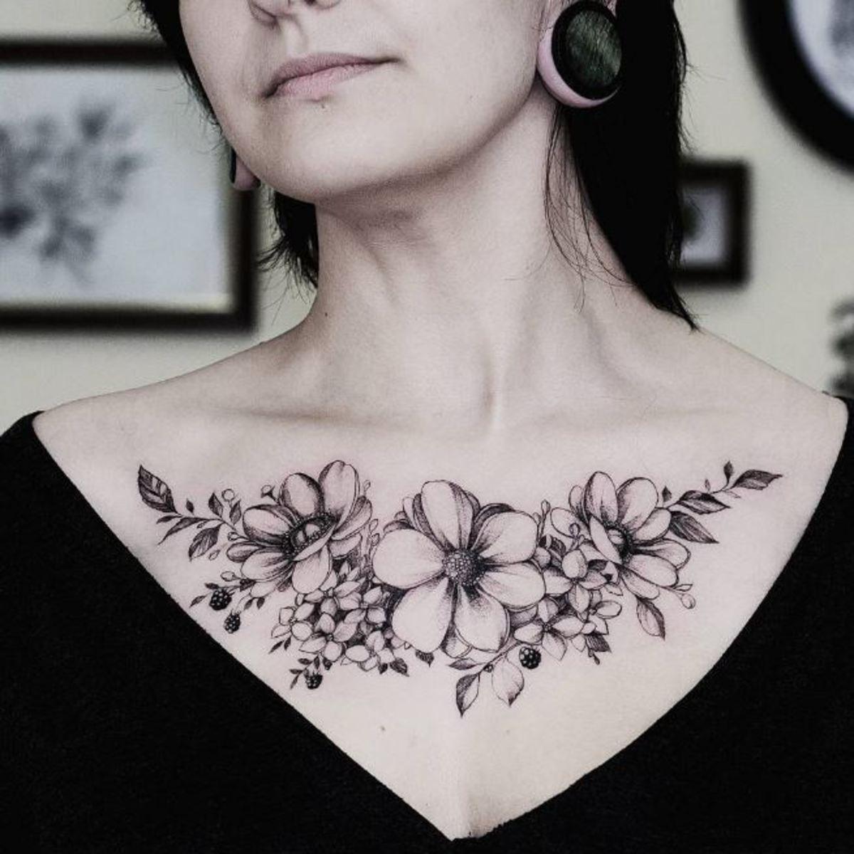 Hình xăm hoa vắt ngang qua ngực