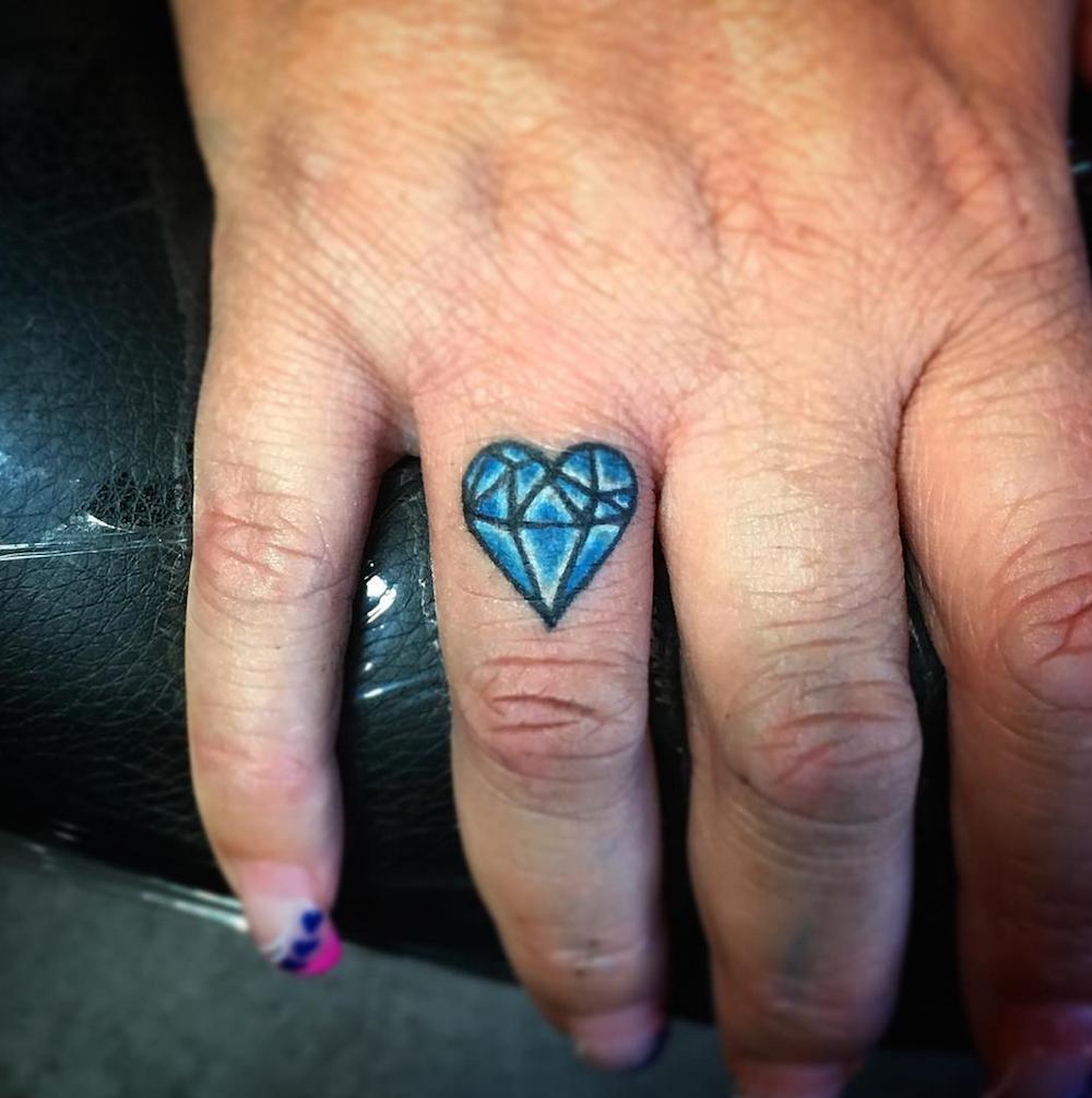 Hình xăm kim cương ở ngón tay