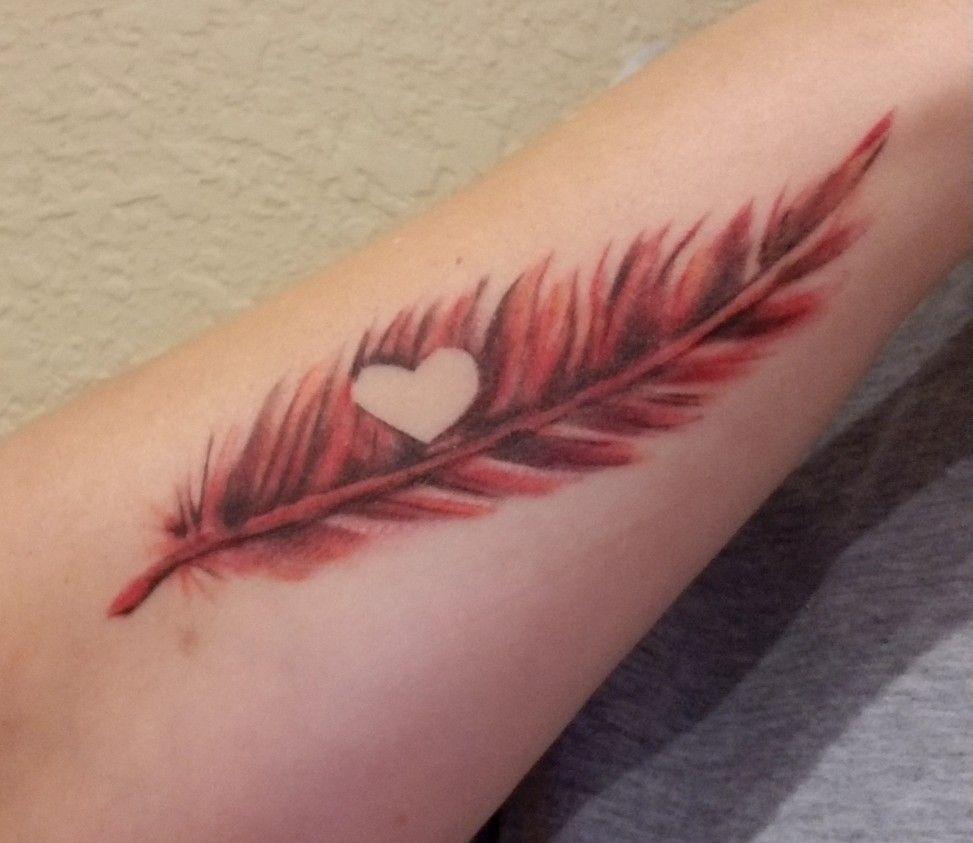 Hình xăm lông vũ đỏ hình trái tim