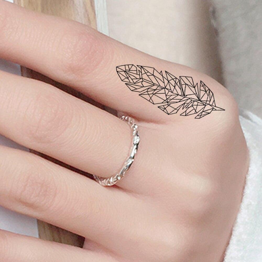 Hình xăm lông vũ ở ngón tay