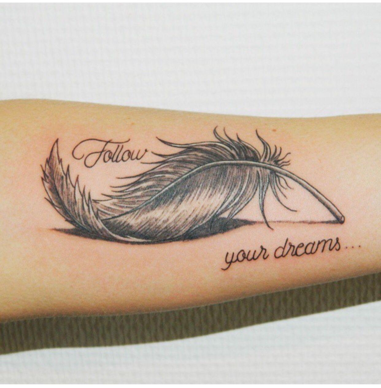 Hình xăm lông vũ và chữ Follow your dreams