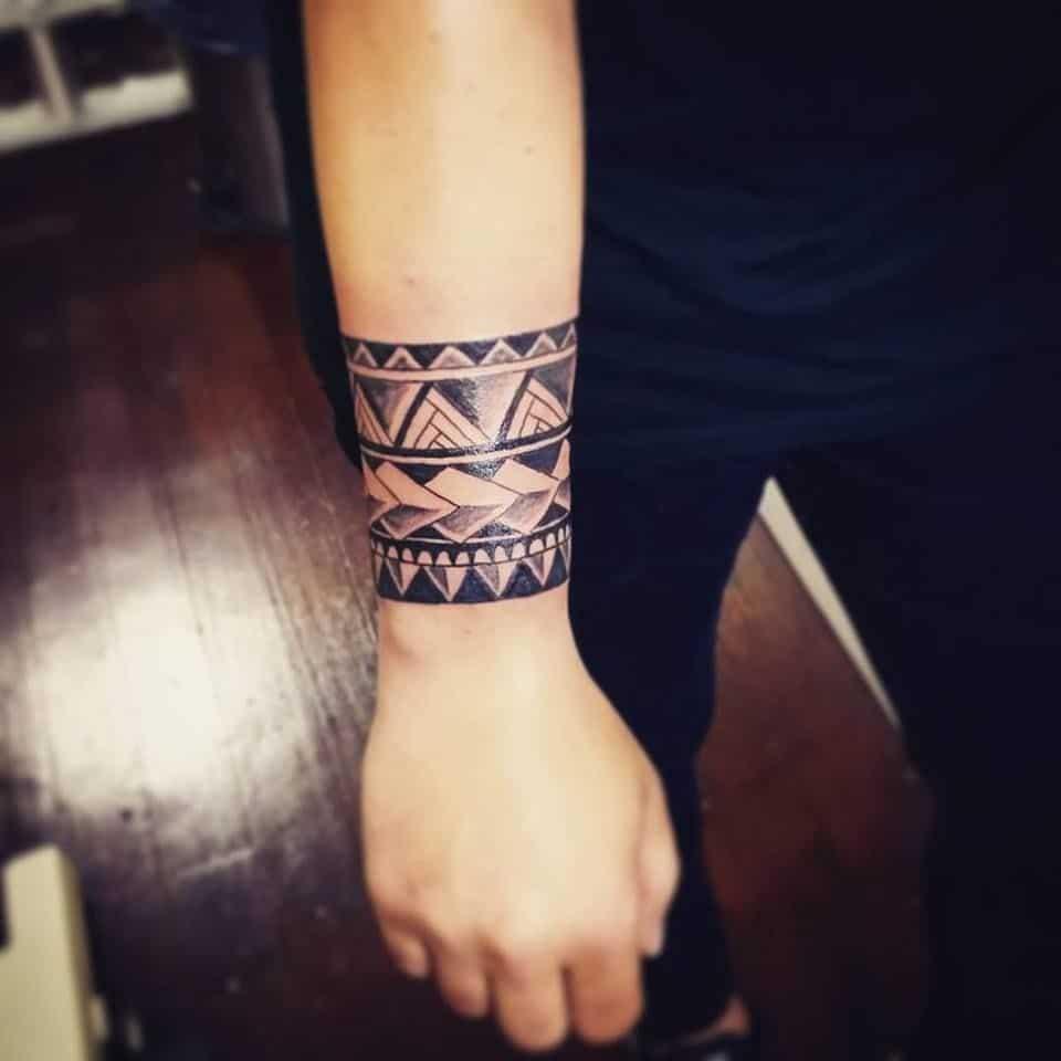 Hình xăm Maori đẹp ở cổ tay
