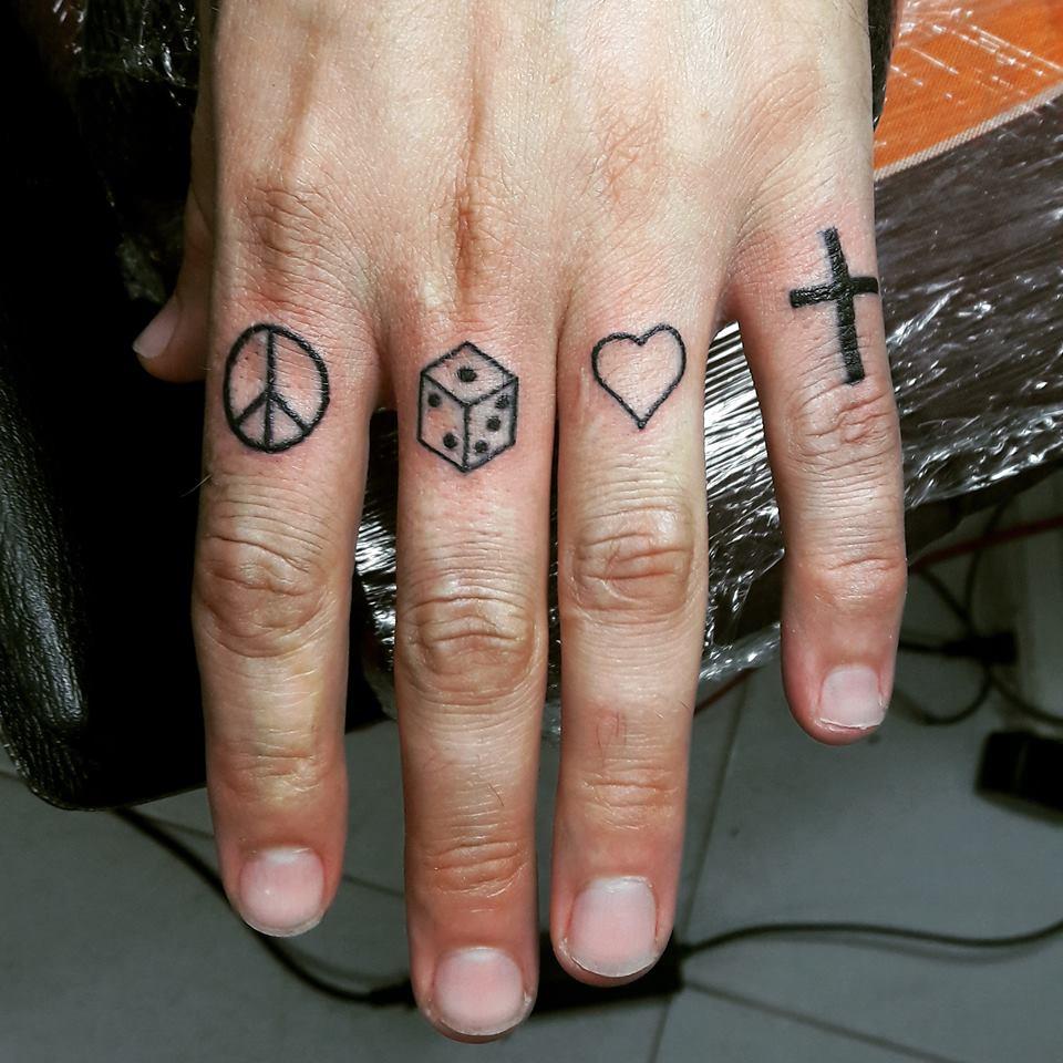 Hình xăm mini ở ngón tay nữ
