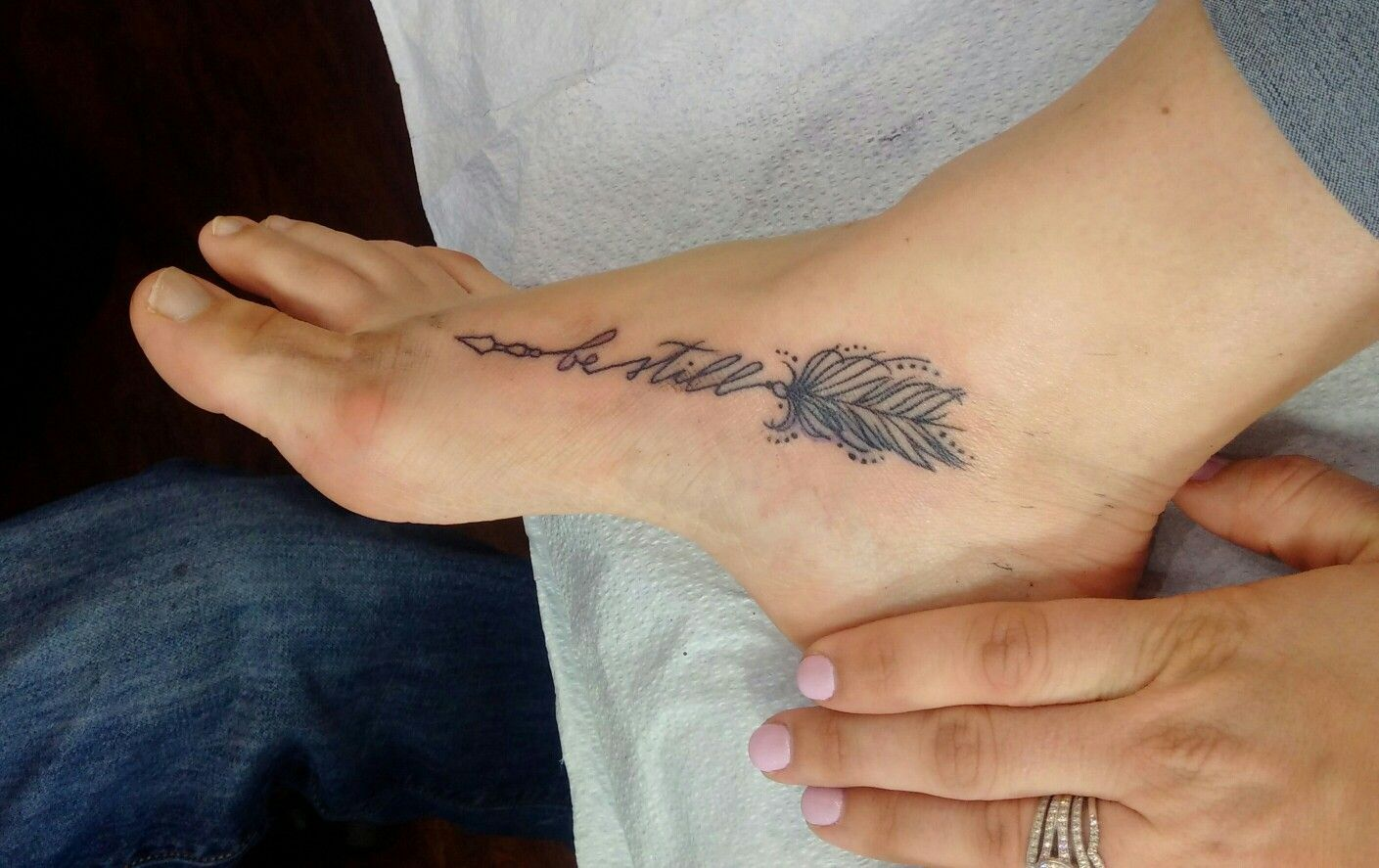 Hình xăm mũi tên đẹp trên mu bàn chân
