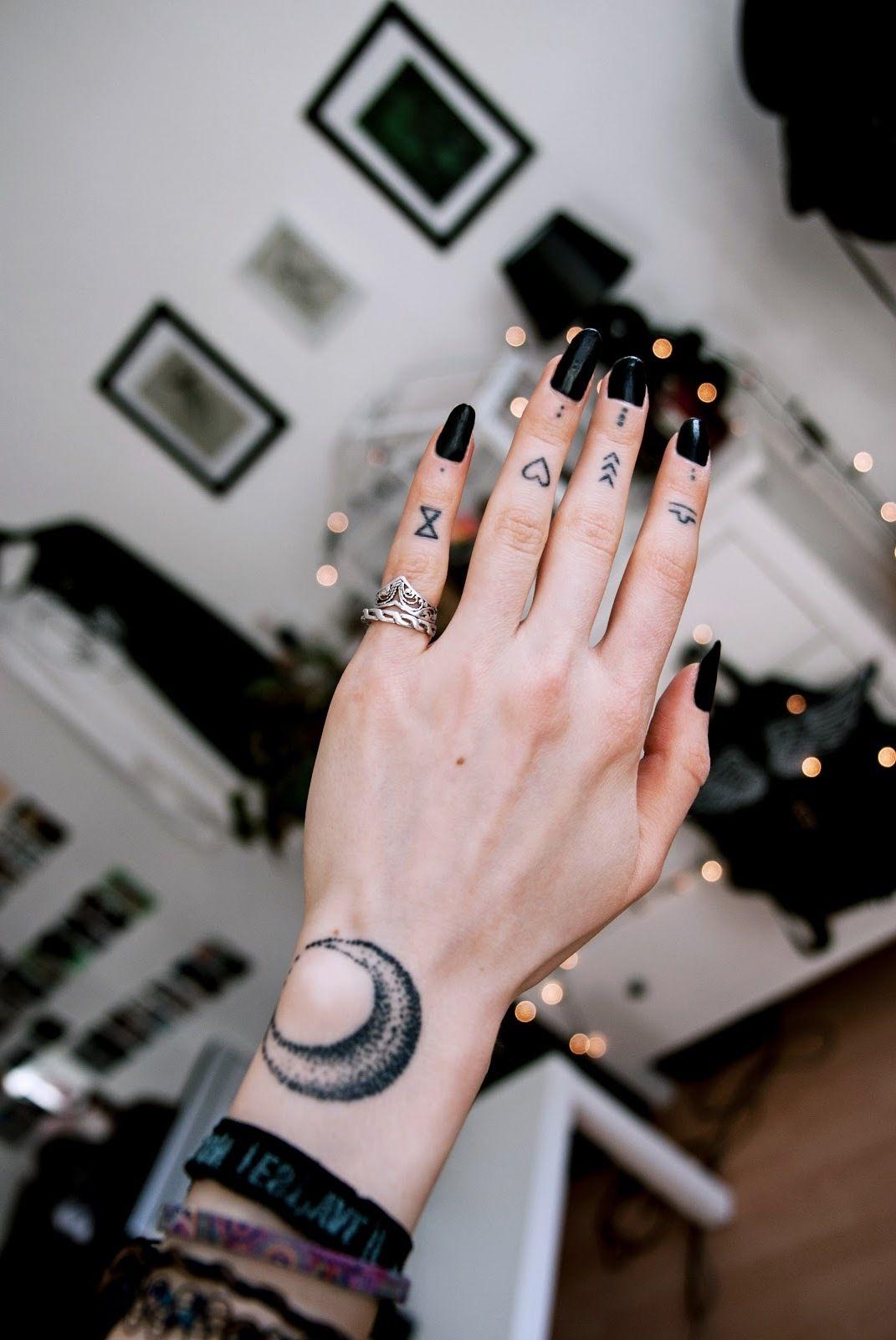 Hình xăm ngón tay nữ