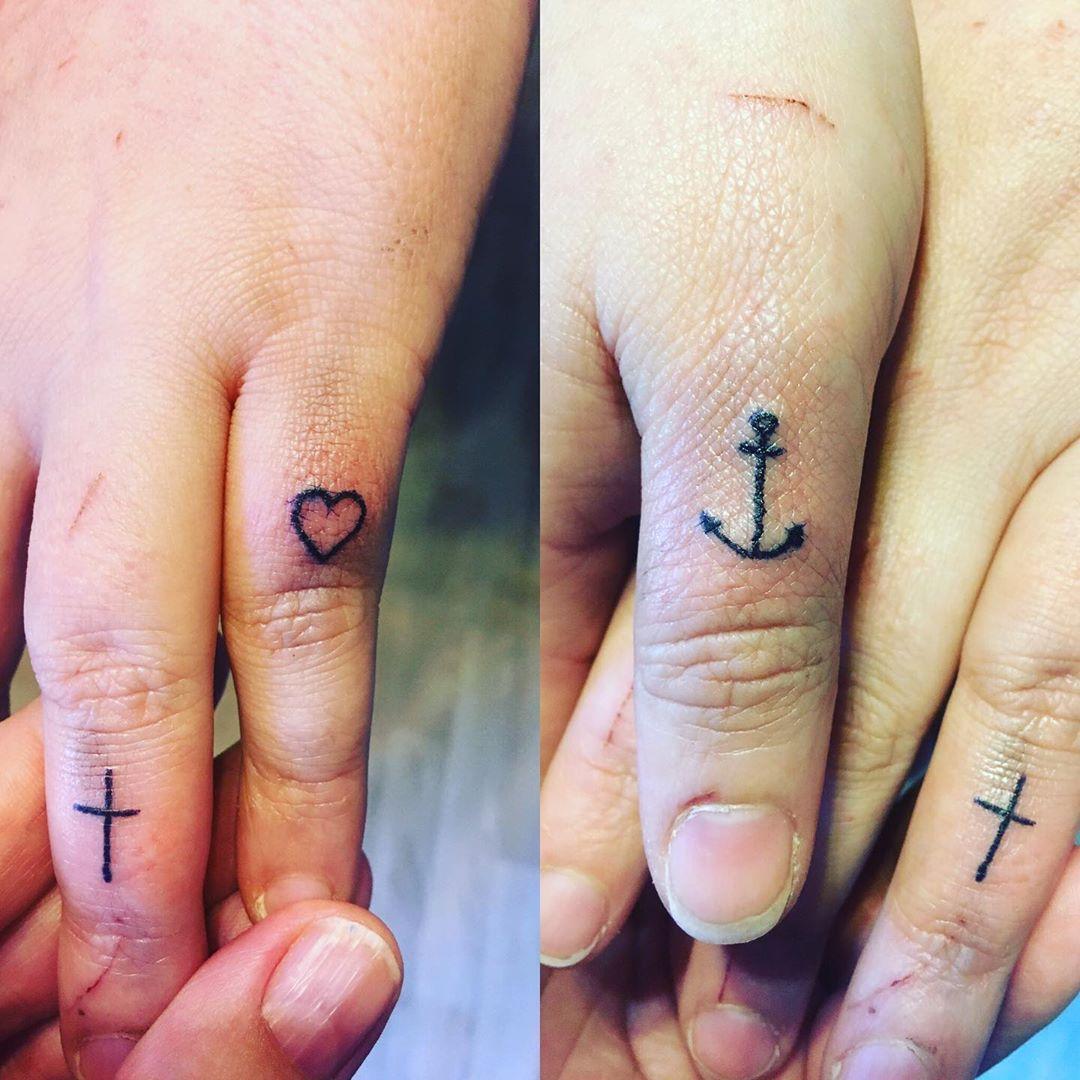 Hình xăm thánh giá trên ngón tay