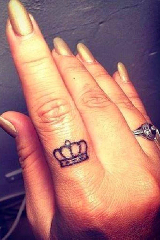Hình xăm vương miện đẹp nhất ở ngón tay