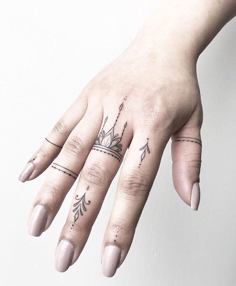Hình xăm vương miện ở ngón tay