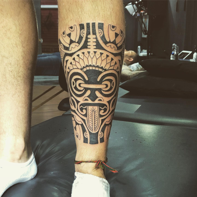 Xăm hình Maori đẹp ở chân