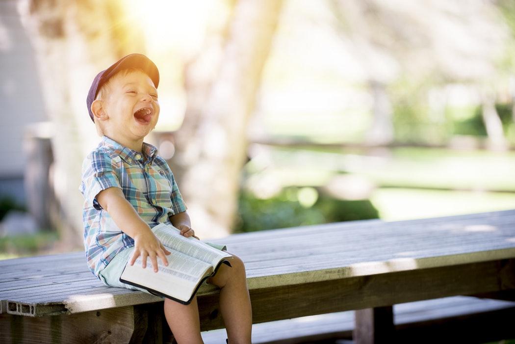 Hình ảnh cậu bé vui vẻ và hạnh phúc