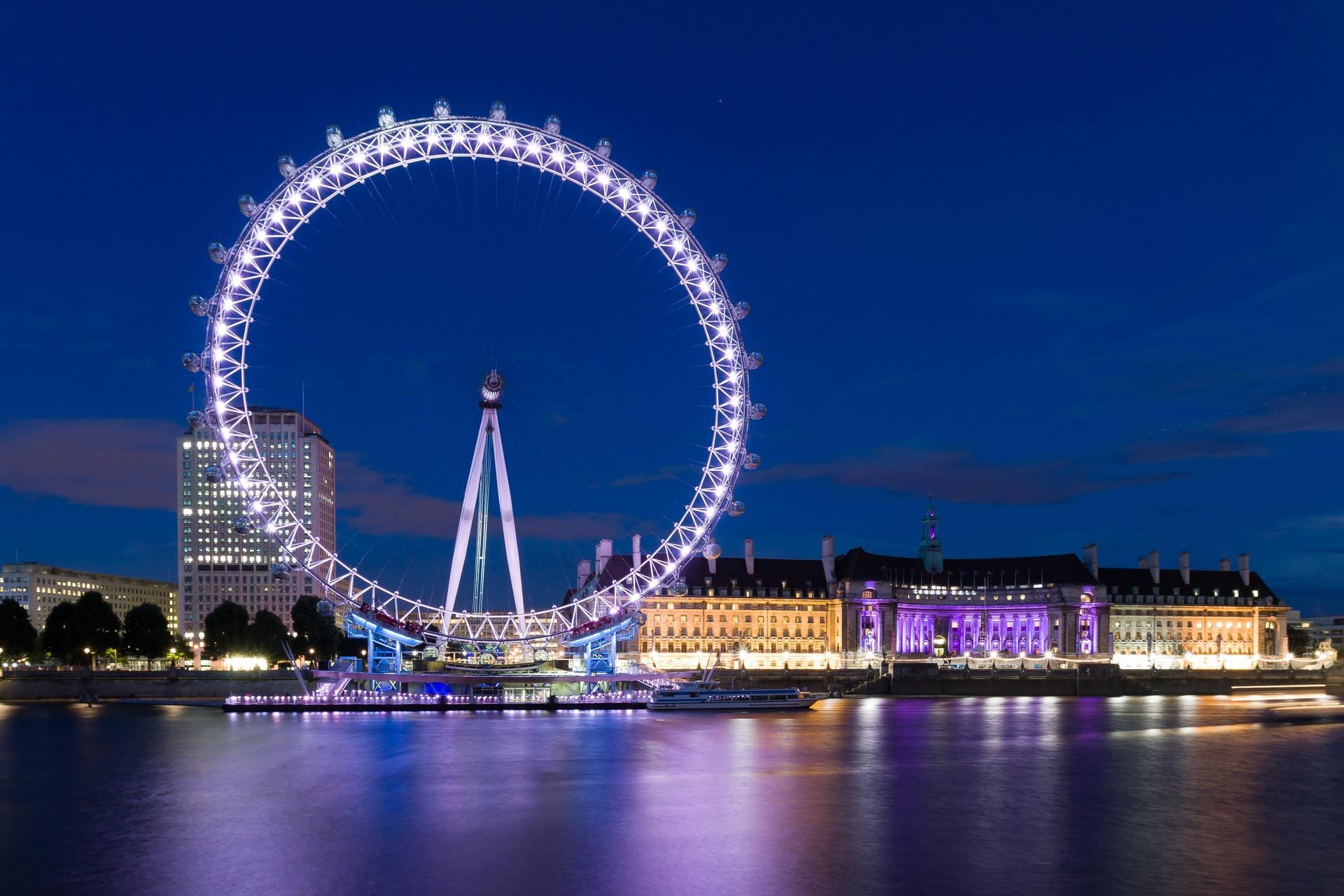 Thành phố và vòng quay mặt trời về đêm