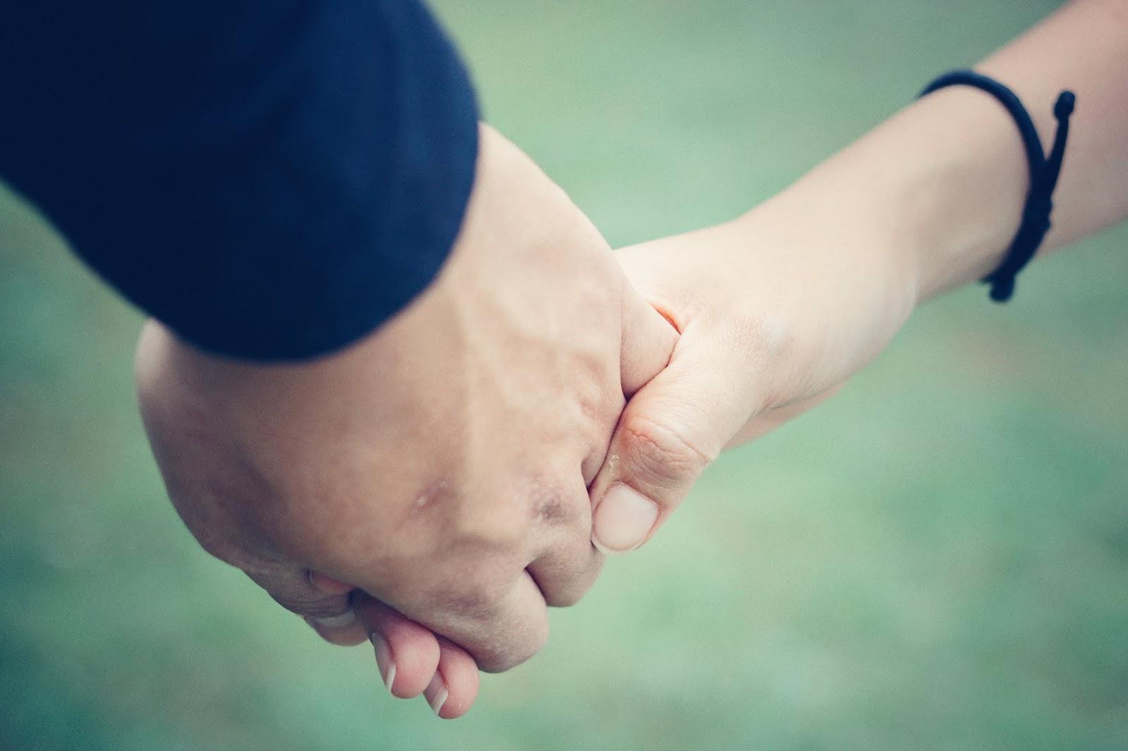 Ảnh anh nắm tay em cực đẹp