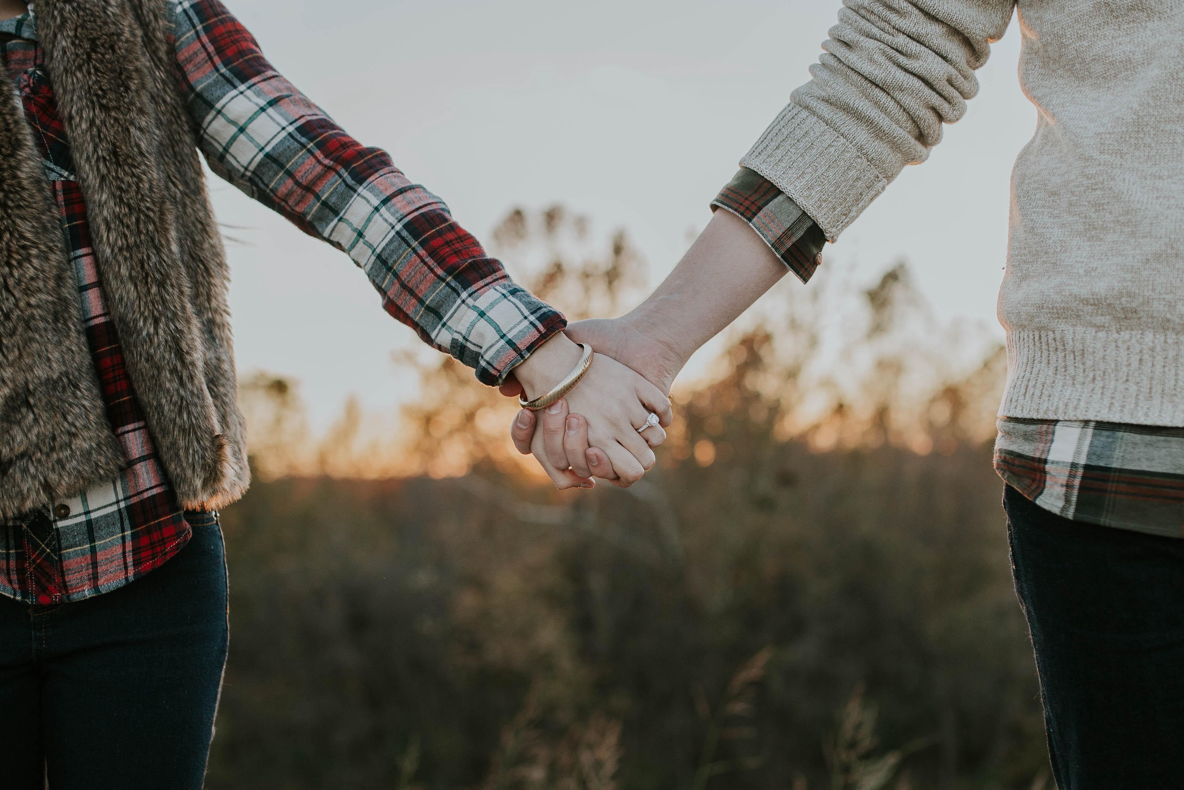 Ảnh anh và em nắm tay nhau